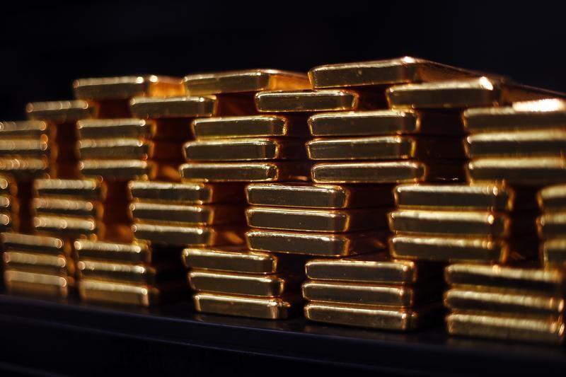 © Reuters. الذهب يتراجع بقوة رغم صدور بيانات أمريكية متباينة