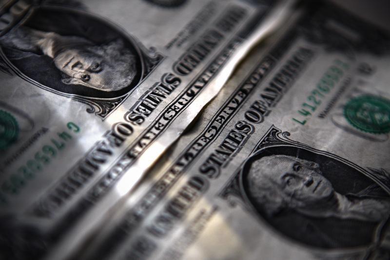 © Reuters. Dolar melanjutkan pelemahannya atas hancurnya harapan kenaikan suku bunga AS di musim panas