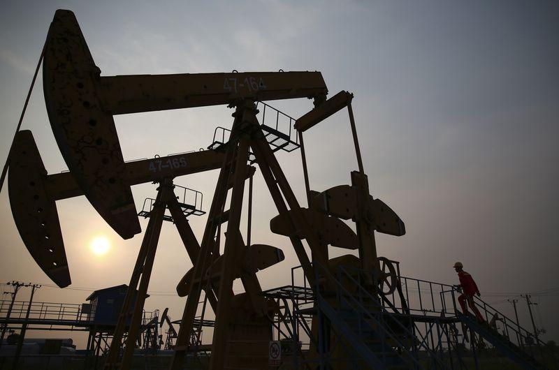 © Reuters. NYMEX crude weaker ahead of API data