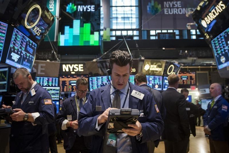 © Reuters.  Pasar AS tutup lebih rendah; Dow Jones turun 2.39%