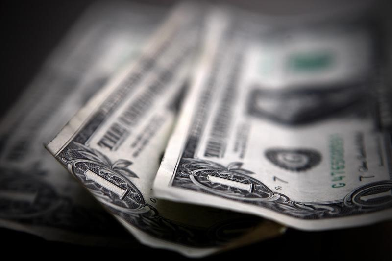 """Средневзвешенный курс доллара США к российскому рублю со сроком расчетов """"завтра"""" по состоянию на 11:30 мск 27 сентября составил 63,6921 руб."""