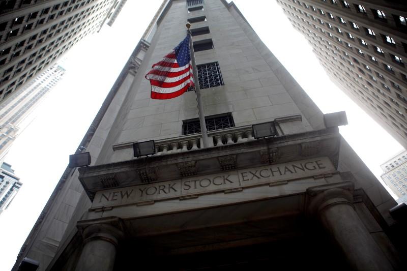 © Reuters.  Pasar saham AS ditutup memerah; Dow Jones tertekan 0.18%