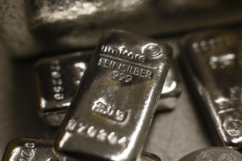 © Reuters.  Il prezzo dell'argento balza al massimo di 10 mesi e trascina l'oro