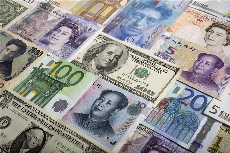 Средний курс продажи наличного доллара США в банках Москвы достиг минимального значения за месяц и составляет 63,2844 руб.