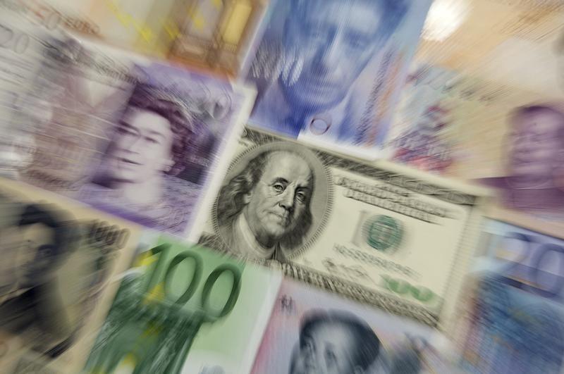 Средний курс продажи наличного доллара США в банках Москвы достиг минимального значения за неделю и составляет 63,3783 руб.