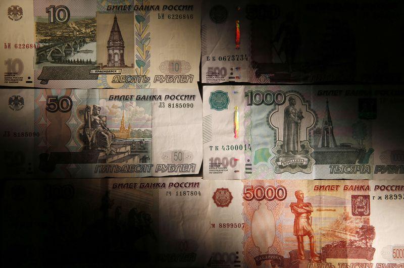 """Рубль на """"Московской бирже"""" обновил максимумы к доллару и евро с июля-августа"""