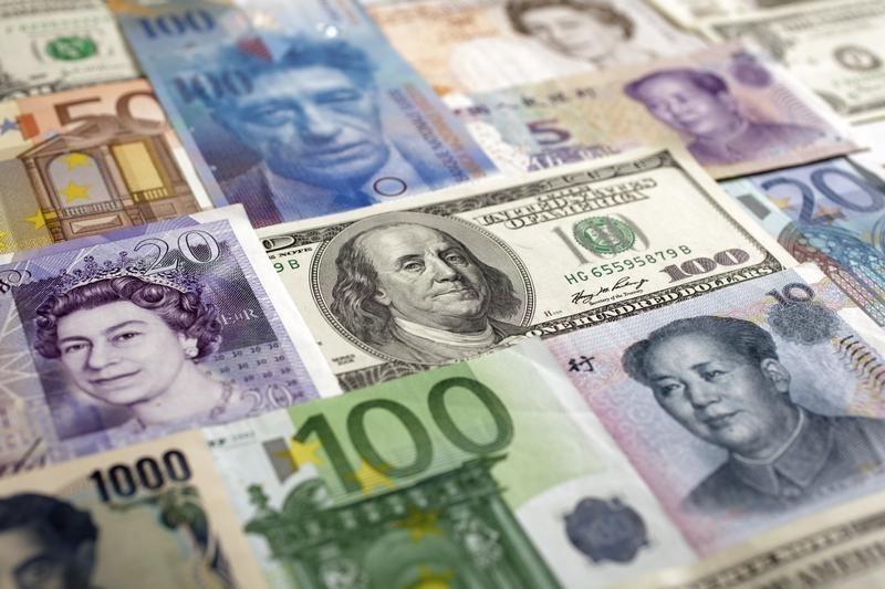 По состоянию на 13:00 мск 13 октября средний курс покупки/продажи наличного евро в банках Москвы составил 68,97/70,56 руб.