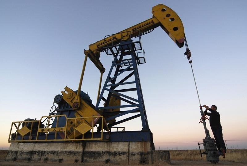 © Reuters.  Oil futures trim losses after bullish IEA report