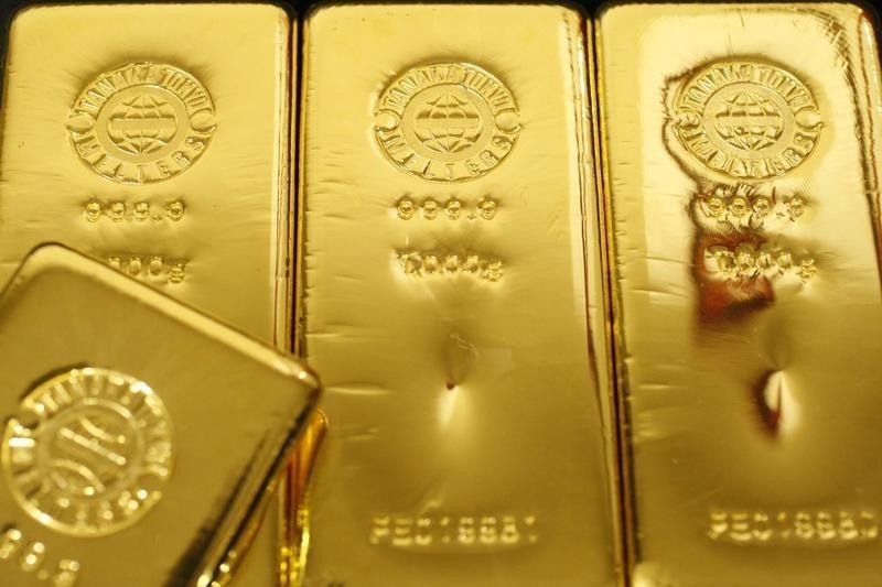 © Reuters.  Il prezzo dell'oro resta supportato grazie al dollaro debole
