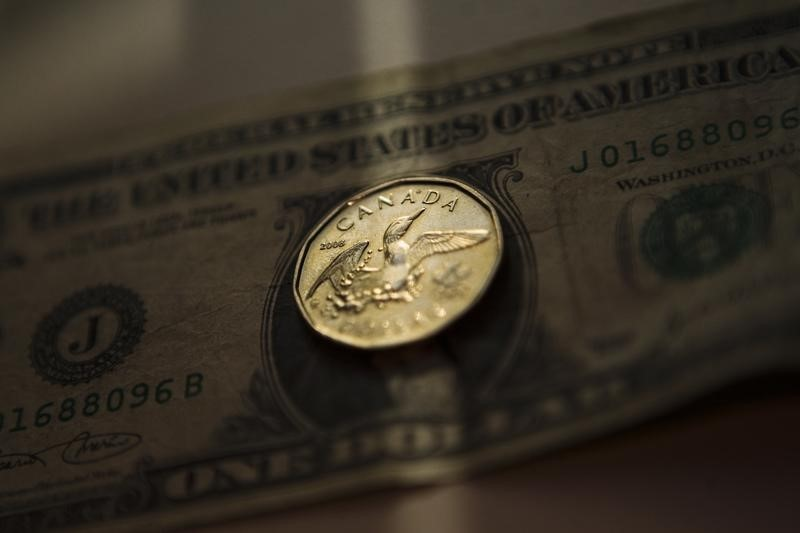 © Reuters.  Greenback gains ground vs. loonie, U.S. data supports