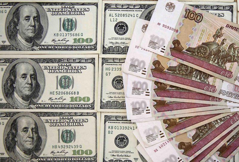 """Средневзвешенный курс доллара США к российскому рублю со сроком расчетов """"завтра"""" по состоянию на 11:30 мск 10 октября составил 62,3884 руб."""
