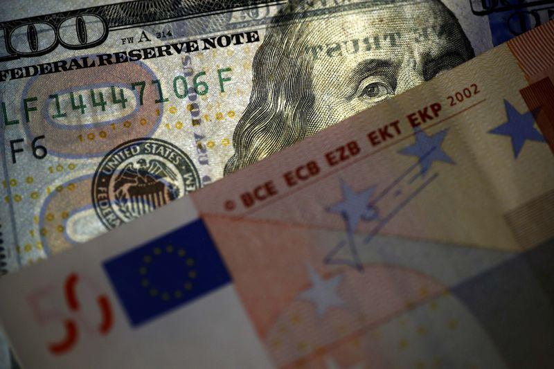 © Reuters.  Forex - EUR/USD turun selama sesi Asia