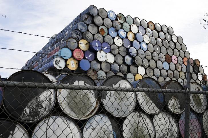 © Reuters.  Harga minyak naik ke level tertinggi baru 8 bulann