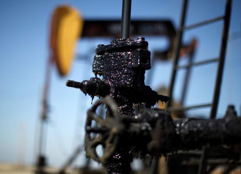 © Reuters.  Нефть падает в цене на фоне увеличения числа буровых установок в США
