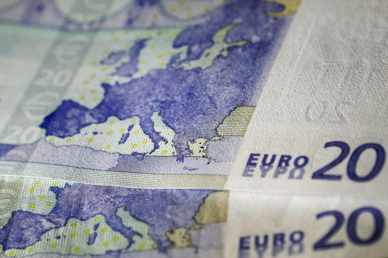Евро снизился на заявлении главы ЕЦБ о возможном расширении программы выкупа активов