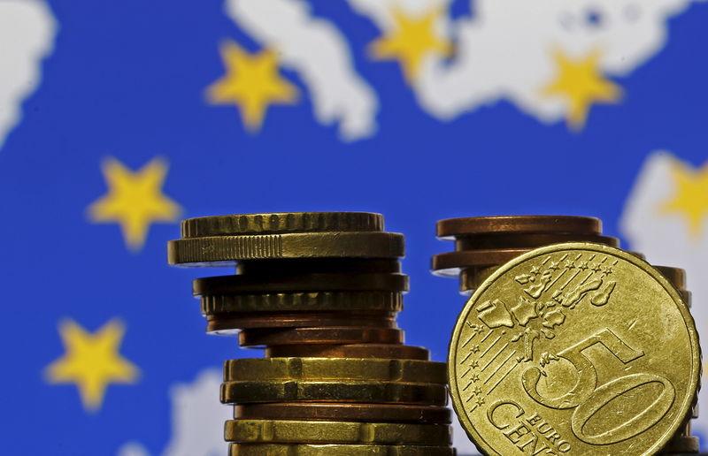Евро стабилен над трехмесячным минимумом на решении ЕЦБ