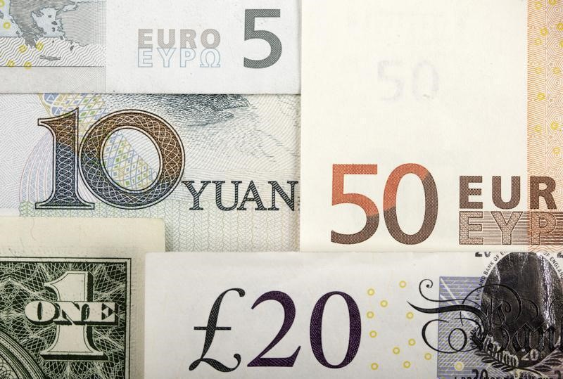 Средний курс покупки наличного доллара США в банках Москвы достиг максимального значения за неделю и составляет 61,8488 руб.