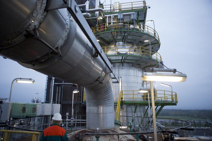 © Reuters.  Minyak mentah mundur teratur dari US$50 per barel tapi tetap tertahan