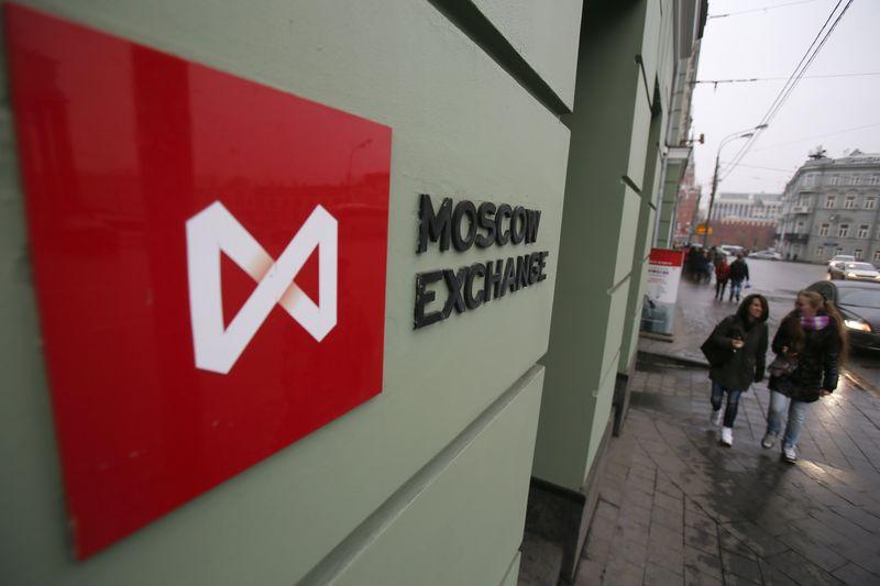 """Доллар на """"Московской бирже"""" торгуется на уровне 64,03 руб., евро - 71,89 руб."""