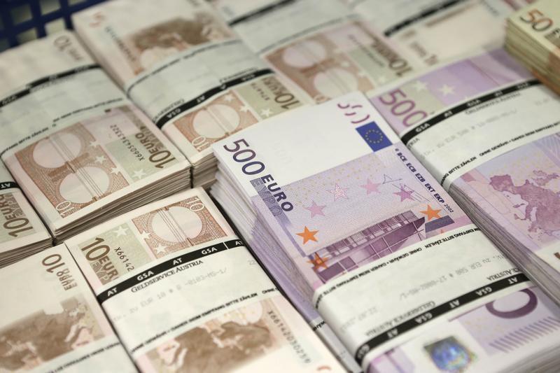 ЦБ РФ установил курс евро на сегодня в размере 69,1173 руб.