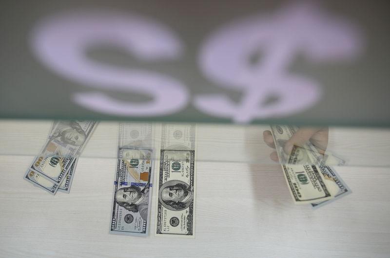По состоянию на 13:00 мск 23 сентября средний курс покупки/продажи наличного доллара в банках Москвы составил 63,17/64,65 руб.