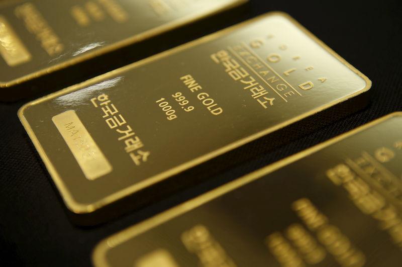 © Reuters.  L'oro si stacca dal minimo di una settimana ma resta sotto pressione