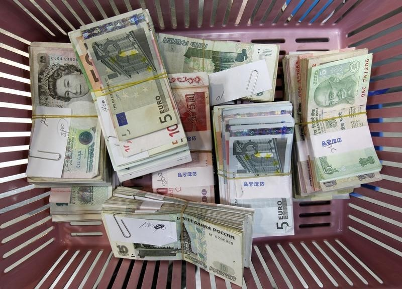 © Reuters.  Dollar rebounds against yen after solid U.S. retail sales report