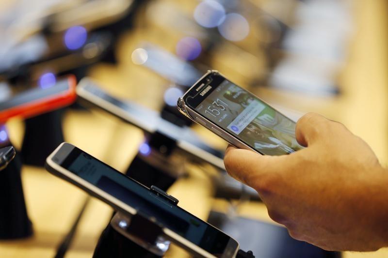 """© Reuters. %30 زيادة فى أسعار الهواتف """"المستعملة"""".. وتوقعات باستمرار الارتفاع"""