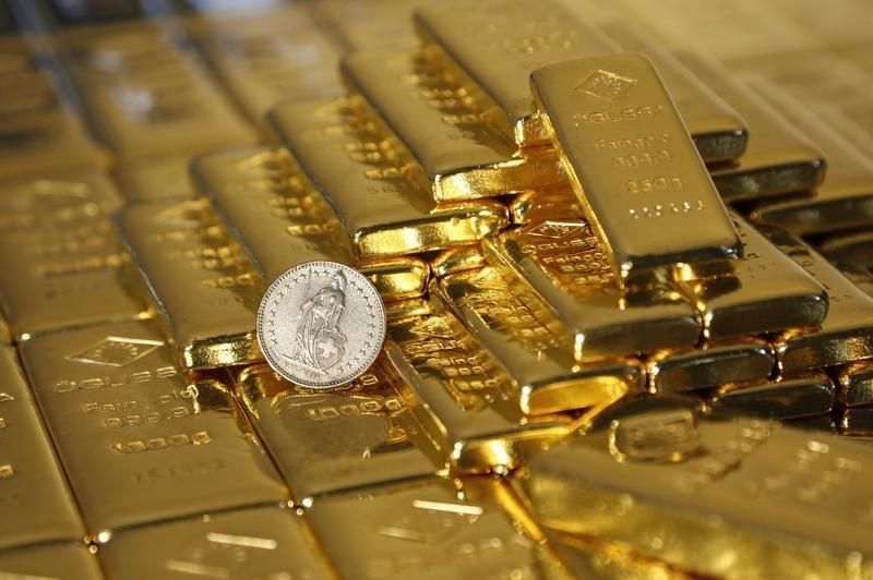 © Reuters.  Le prospettive di un aumento dei tassi USA pesano sull'oro