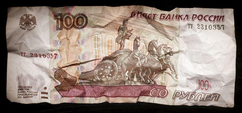 Рубль рухнул до минимумов декабря 2014 года из-за снятия санкций с Ирана LYNXNPEC0E0JX_L