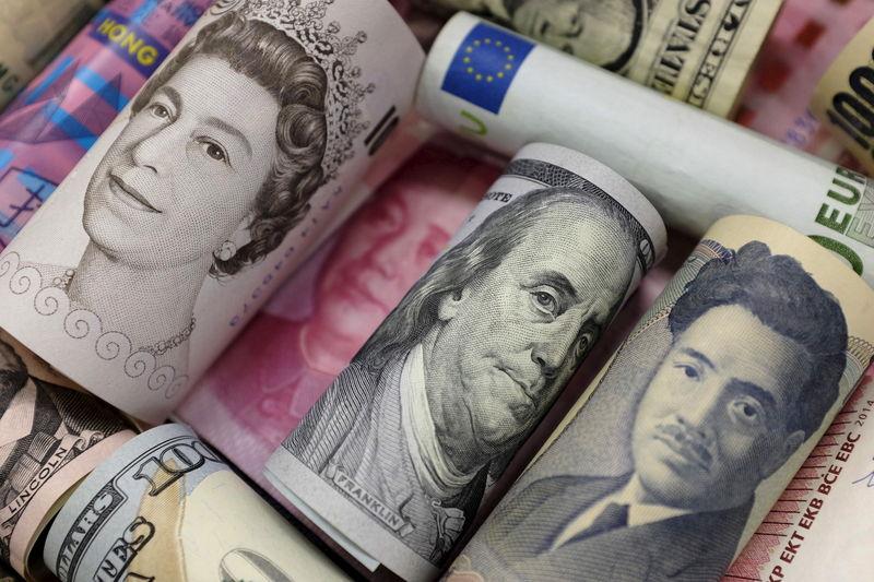 По состоянию на 13:00 мск 17 октября средний оптовый курс покупки/продажи наличного доллара в банках Москвы составил 63,03/63,49 руб.
