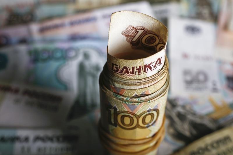 Рубль стабилизировался неподалеку от годовых максимумов