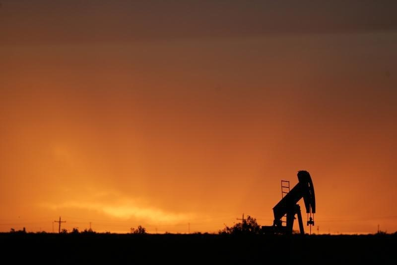 © Reuters.  Oil rebounds after touching bear territory, but still ends July down 14%