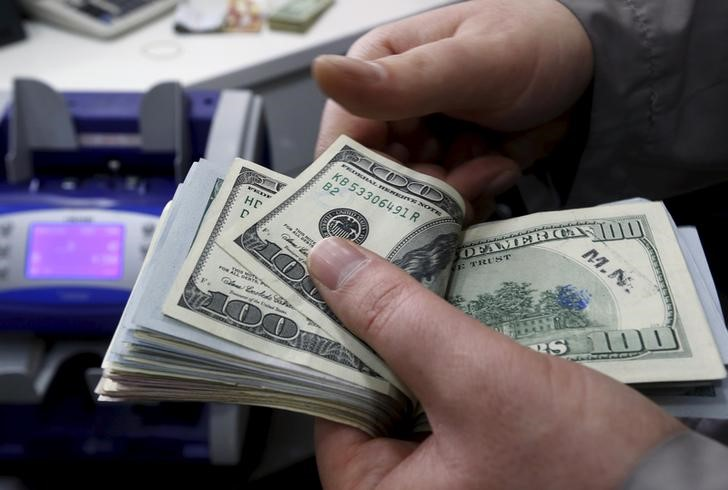 © Reuters.  Speculators reduce bullish dollar bets last week