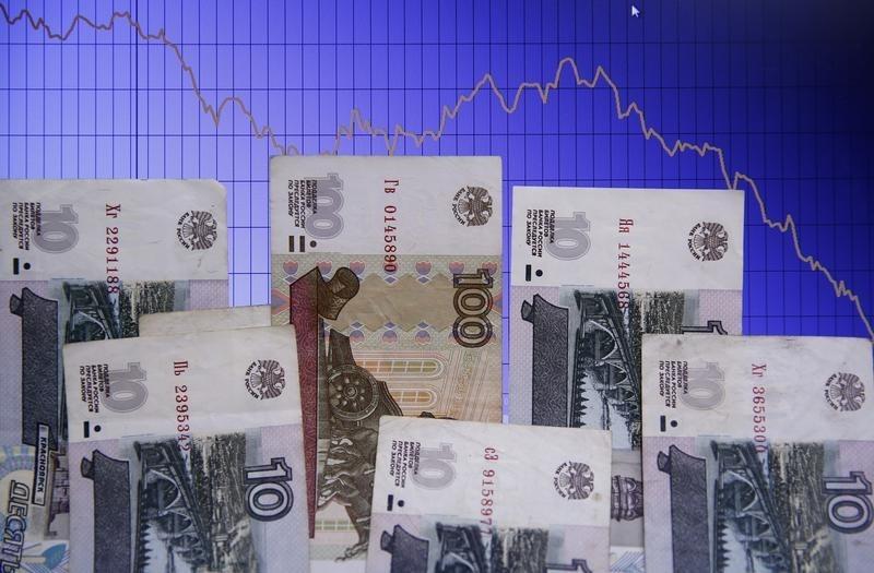 Коррекция нефтяных котировок оказала давление на рубль