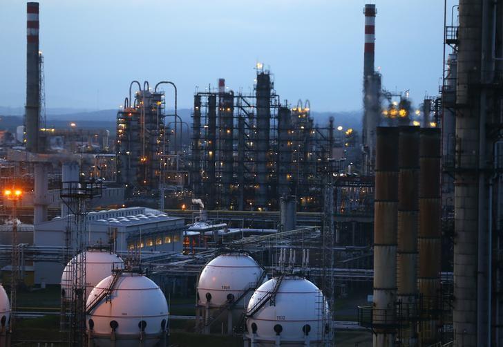 © Reuters.  Futures minyak mentah lebih tinggi selama sesi Asia