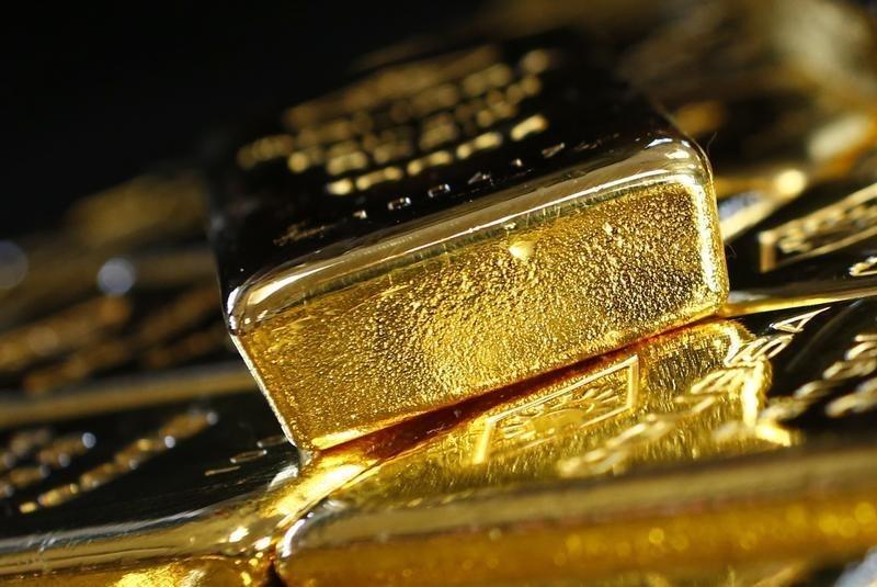© Reuters.  Emas berjuang naik di level terendah 2 minggu jelang debat referendum & pidato Yellen