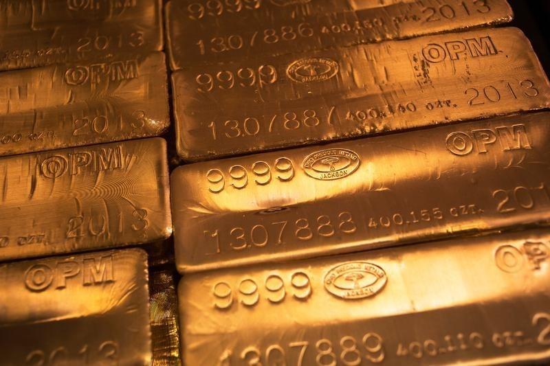 © Reuters. الذهب يرتفع لكن بمكاسب محدودة قبيل اجتماع البنك الفدرالي