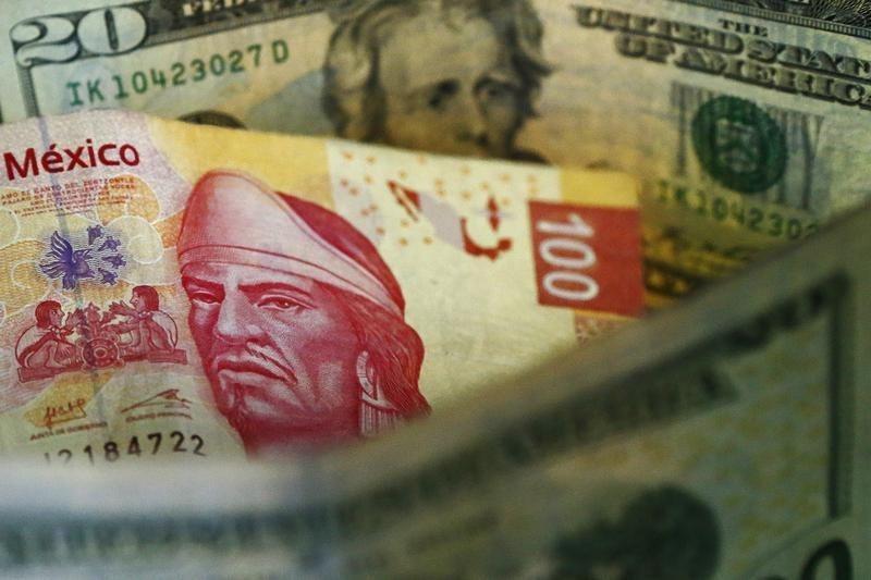 Доллар дорожает сегодня, мексиканский песо вырос до 6-недельного максимума