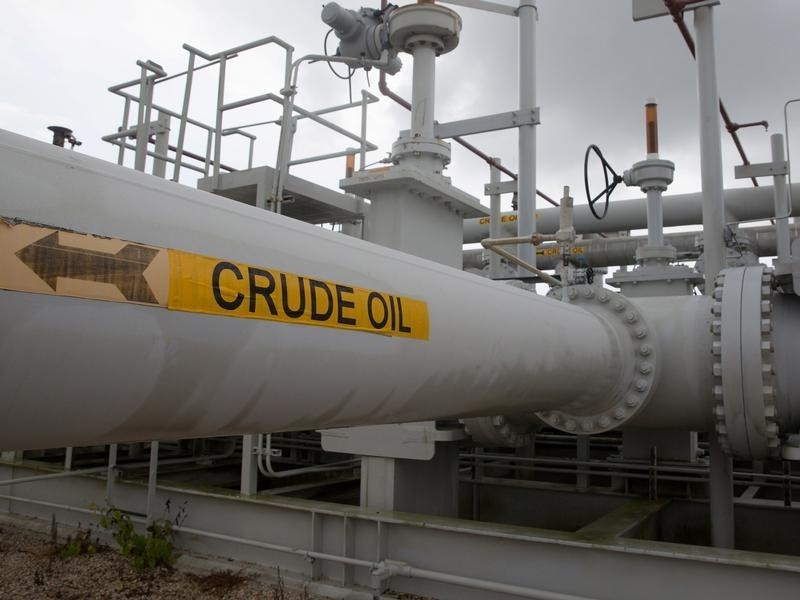 © Reuters.  Oil prices fall 4% on Friday, still post weekly gains