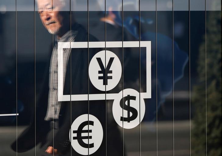 Доллар стабилен в паре с евро, иена резко дешевеет
