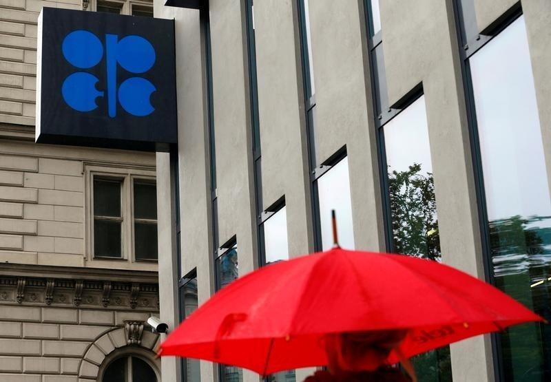 © Reuters. النفط الخام يقفز بنسبة 5% وسط التفاؤل بتوصل اوبك الى اتفاق حول الانتاج