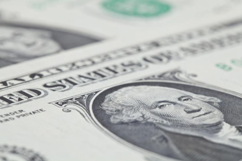 Доллар все еще демонстрирует рост по отношению к мировым валютам