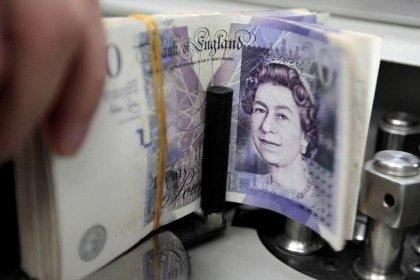Доллар растет, фунт стерлингов стабилизировался к концу непростого месяца