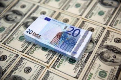 الدولار يقفز لأعلى مستوى في أكثر من 8 أشهر واليورو ينخفض