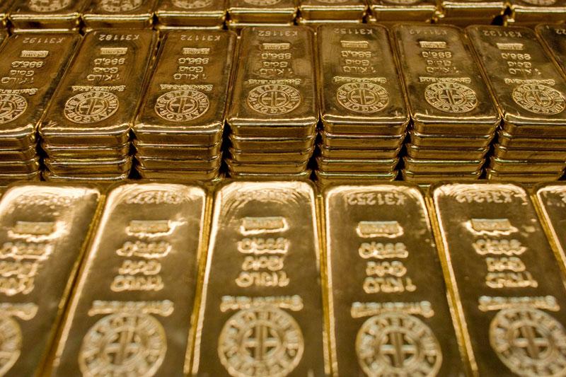 Prezzo dell'oro in calo, dollaro più debole