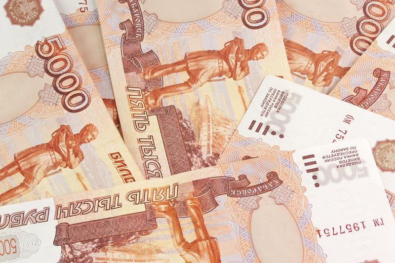 Рубль сохраняет стабильность, торгуясь ниже 65 за доллар
