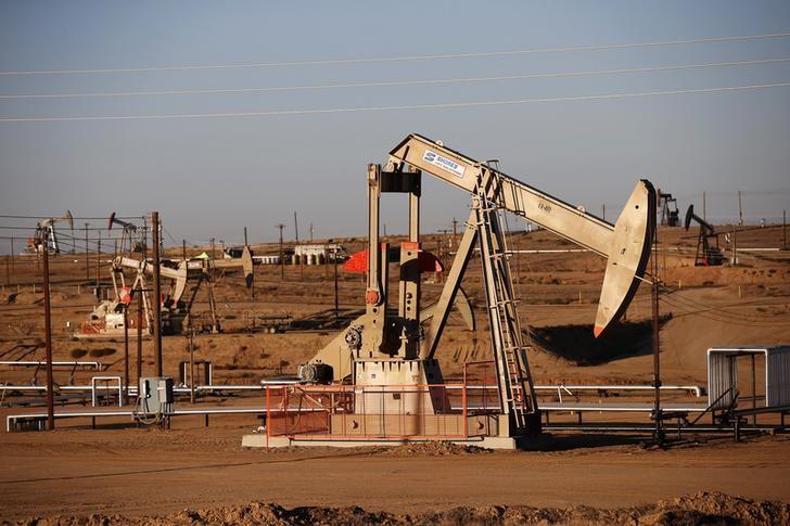 © Reuters. An oil field is seen at sunrise near Bakersfield