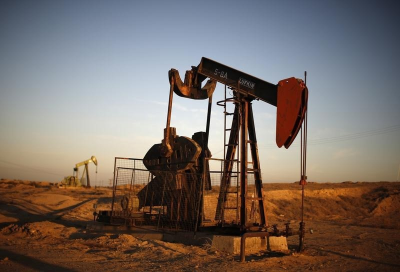 © Reuters. Pump Jacks are seen at sunrise near Bakersfield