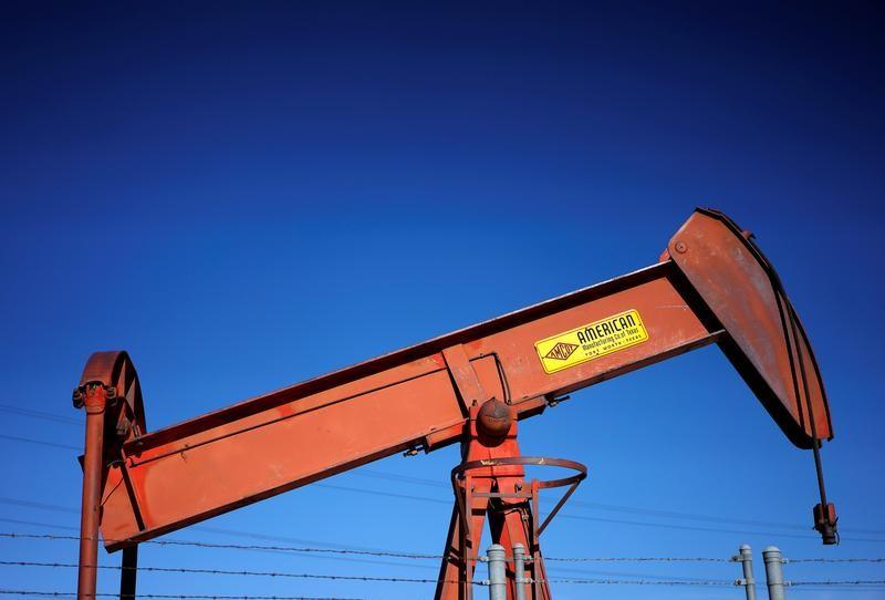 © Reuters. النفط يصعد لكن المكاسب محدودة بسبب الشكوك في تقلص التخمة